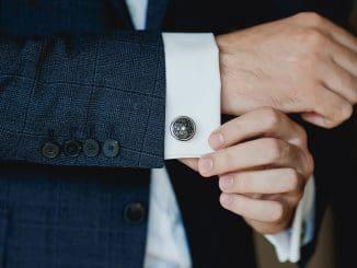 Manschettenknöpfe tragen und wie ein Gentleman gekleidet sein