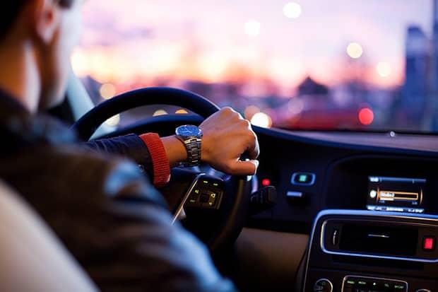 Auto-Mann-Uhr-Fahren