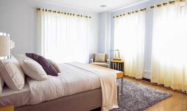 Wie oft sollte man(n) Vorhänge und Gardinen waschen?
