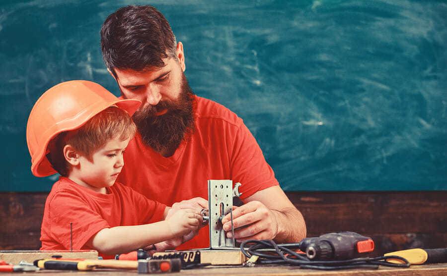 Vater und Sohn – gemeinsam werkeln