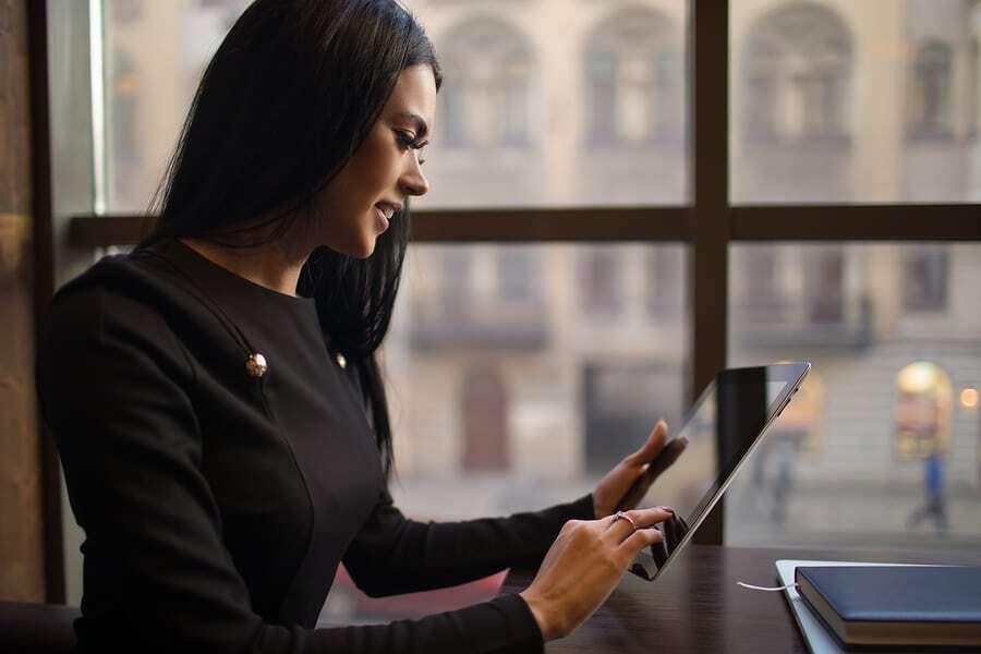 Online-Tisch bei Frauen