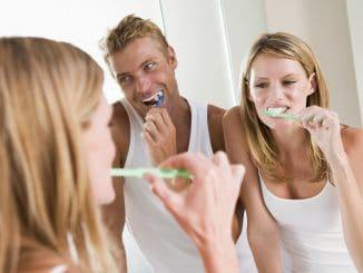 Zähne Putzen Mann und Frau - Manuka Zahnpasta